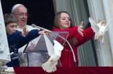 Papa Francis aruncand porumbeii pacii